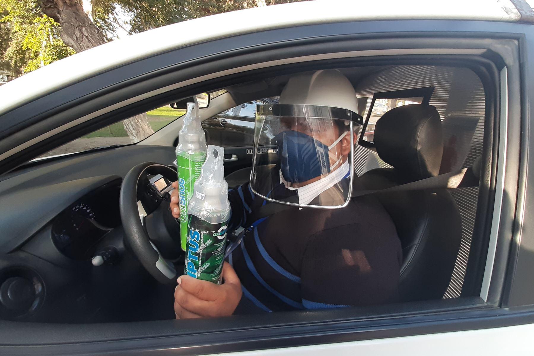 Los rumores sobre aquel héroe del volante se esparcieron por Trujillo, y pronto empezó a recibir llamadas para que auxilie a otras personas en sus viviendas. Las colas para adquirir oxígeno ya eran noticia a nivel nacional..   Foto: Luis Puell