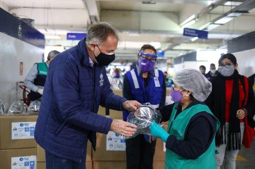 Coronavirus: MML entrega cascos de vida a trabajadores del mercado municipal Ramón Castilla