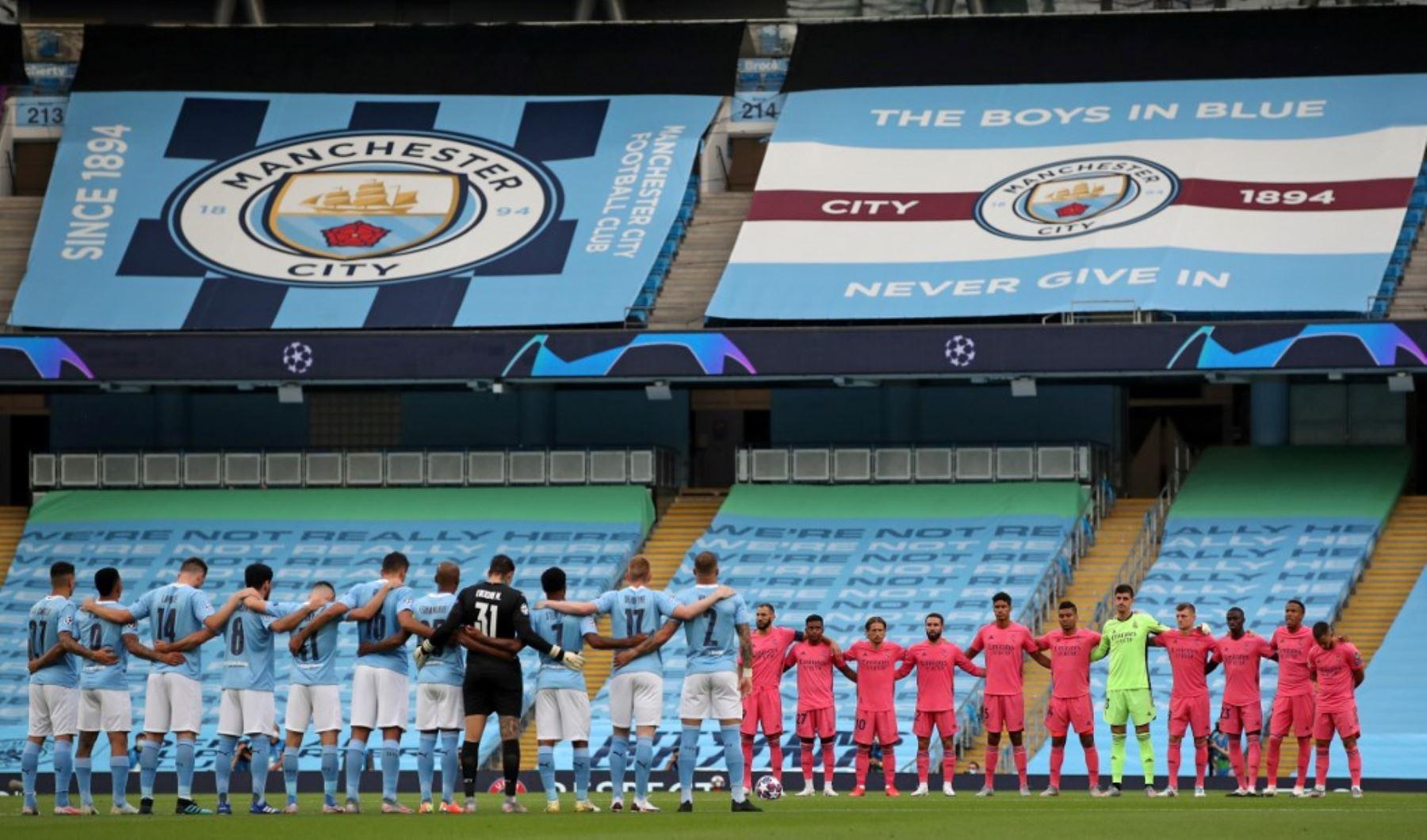 Los jugadores hacen una pausa para un minuto de silencio por las víctimas de la pandemia COVID-19, durante la ronda de la Liga de Campeones de la UEFA.Foto:AFP