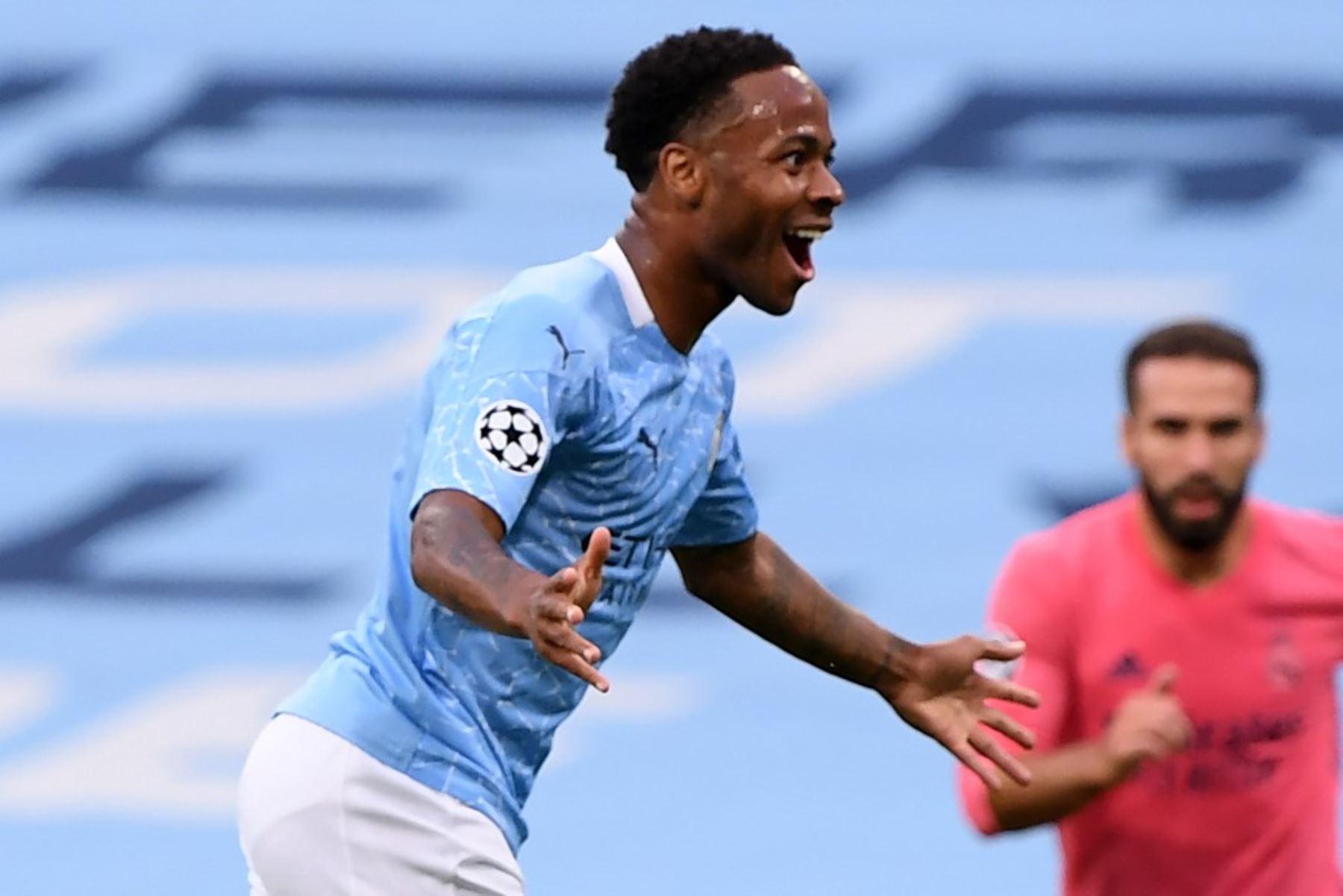 El centrocampista inglés del Manchester City Raheem Sterling  celebra el gol de apertura durante la ronda de la Liga de Campeones de la UEFA.Foto:AFP