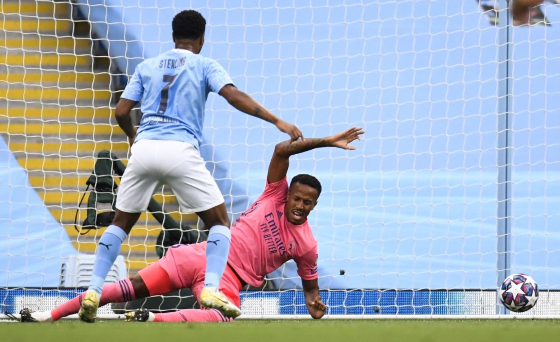 El mediocampista inglés del Manchester City, Raheem Sterling, dispara y marca un gol  al real Madrid, durante la ronda de la Liga de Campeones de la UEFA.Foto:AFP