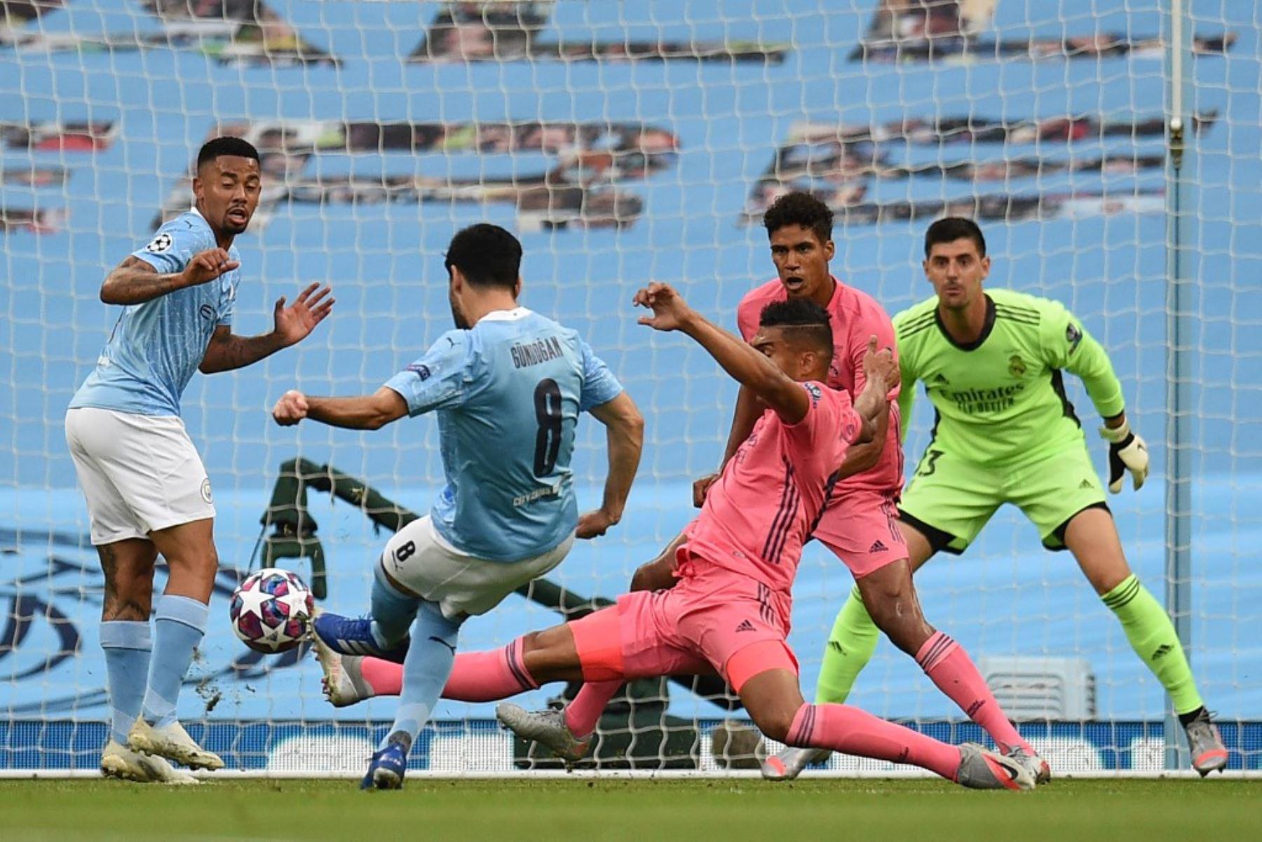 El mediocampista alemán del Manchester City, Ilkay Gundogan  dispara pero no anota durante la ronda de la Liga de Campeones de la UEFA.Foto:AFP