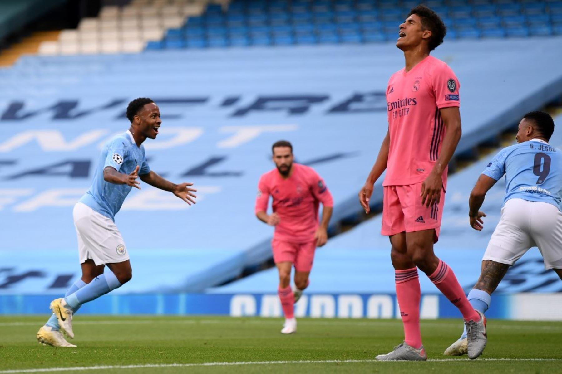 El centrocampista inglés del Manchester City Raheem Sterling  celebra el gol de apertura durante la ronda de la Liga de Campeones de la UEFA .Foto:AFP