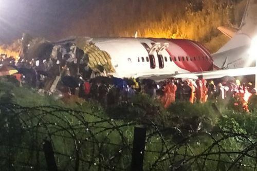 Avión se parte en dos al aterrizar y mueren al menos 17 personas en la India