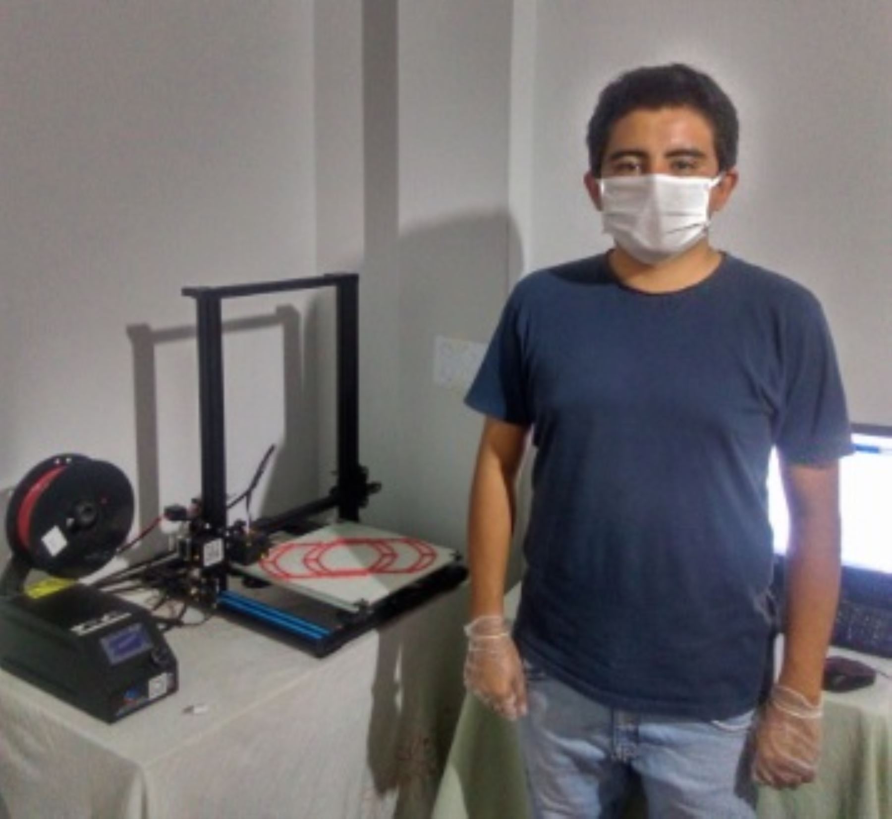 Luis Serquén es un joven arquitecto chiclayano considerado un ejemplo en Lambayeque porque con una impresora 3D decidió fabricar protectores faciales para donarlos al personal médico que lucha en primera línea contra el covid-19 en dicho departamento del norte peruano.