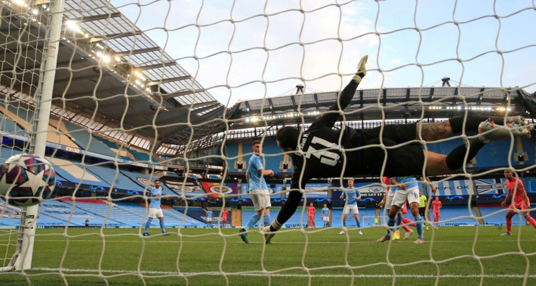 El portero brasileño del Manchester City, Ederson, se zambulle pero no logra salvar un gol del delantero francés del Real Madrid, Karim Benzema, durante el partido de vuelta de los octavos de final de la Liga de Campeones de la UEFA .Foto:AFP
