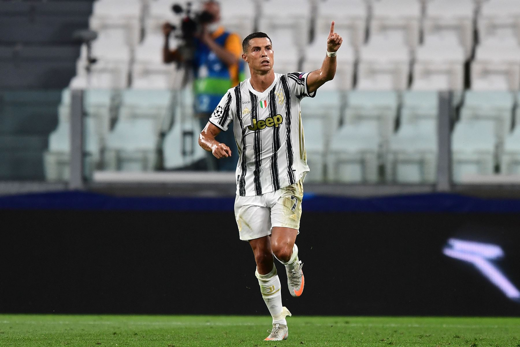 El delantero portugués de la Juventus, Cristiano Ronaldo, celebra el gol del primer gol de su equipo durante los octavos de final de la UEFA Champions League, partido de vuelta entre la Juventus y el Lyon. Foto: AFP