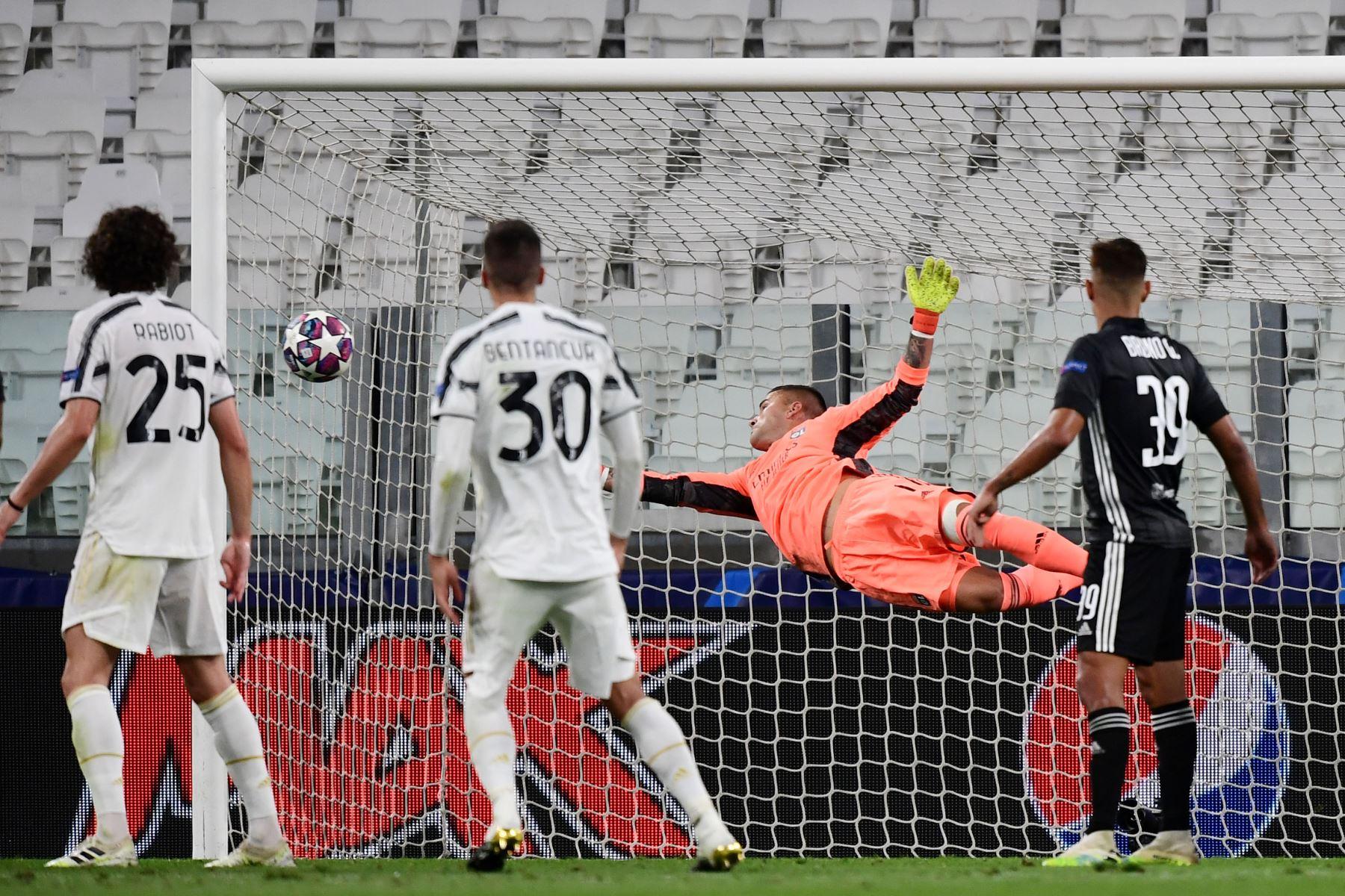 El portero portugués del Lyon, Anthony Lopes, hace una parada durante el partido de vuelta de los octavos de final de la UEFA Champions League entre la Juventus y el Lyon. Foto: AFP