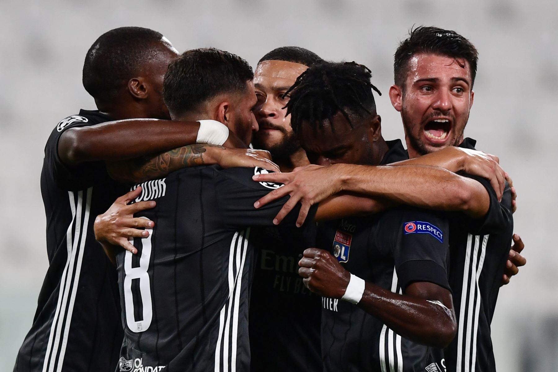 El delantero holandés del Lyon Memphis Depay celebra al anotar el primer gol de su equipo durante los octavos de final de la Liga de Campeones de la UEFA del partido de vuelta entre la Juventus y el  Lyon. Foto: AFP