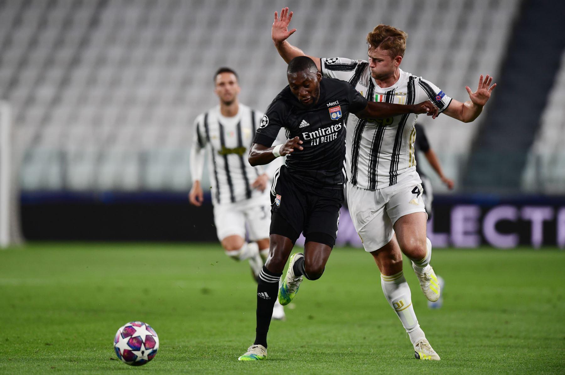 El delantero francés del Lyon Karl Toko Ekambi  lucha por el balón con el defensor holandés de la Juventus Matthijs de Ligt durante los octavos de final de la Liga de Campeones de la UEFA el segundo partido de fútbol entre la Juventus y el  Lyon. Foto: AFP