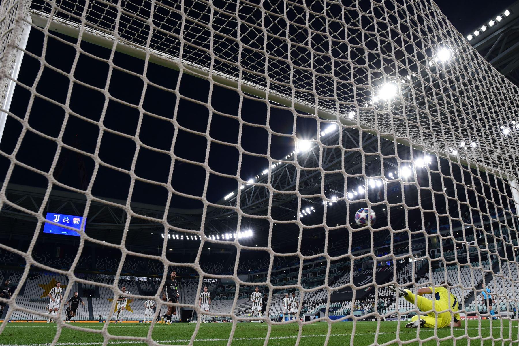 El delantero holandés del Lyon Memphis Depay marca un penalti durante el partido de vuelta de los octavos de final de la Liga de Campeones de la UEFA entre la Juventus y el Lyon. Foto: AFP