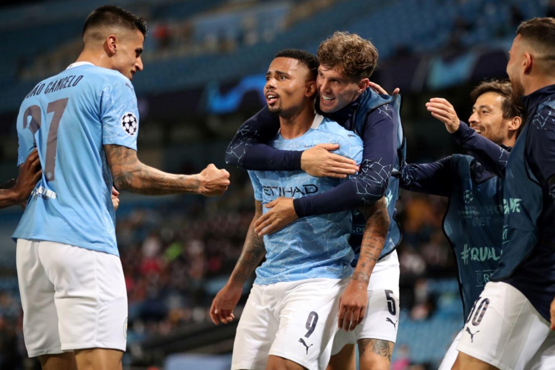 El delantero brasileño del Manchester City Gabriel Jesus celebra anotar el segundo gol de su equipo durante la ronda de la Liga de Campeones de la UEFA .Foto:AFP