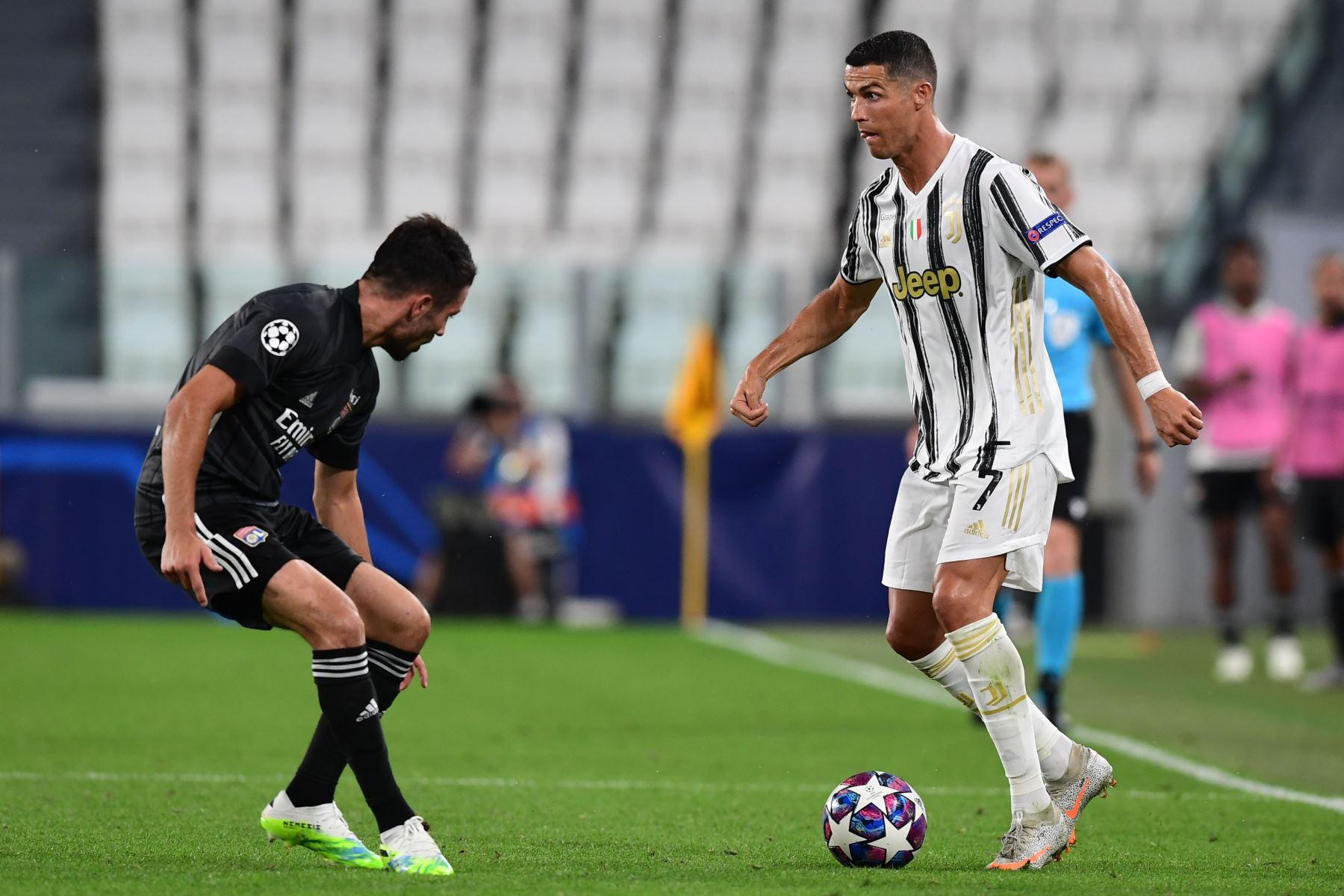 El delantero portugués de la Juventus, Cristiano Ronaldo, es desafiado por el defensa francés del Lyon Leo Dubois durante los octavos de final de la Liga de Campeones de la UEFA, partido de vuelta entre la Juventus y el  Lyon. Foto: AFP
