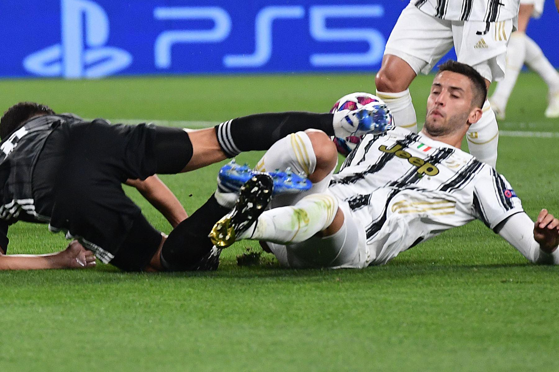 El centrocampista francés del Lyon Houssem Aouar  recibe una falta del centrocampista uruguayo de la Juventus Rodrigo Bentancur durante los octavos de final de la Liga de Campeones de la UEFA del partido de vuelta entre la Juventus y el  Lyon. Foto: AFP