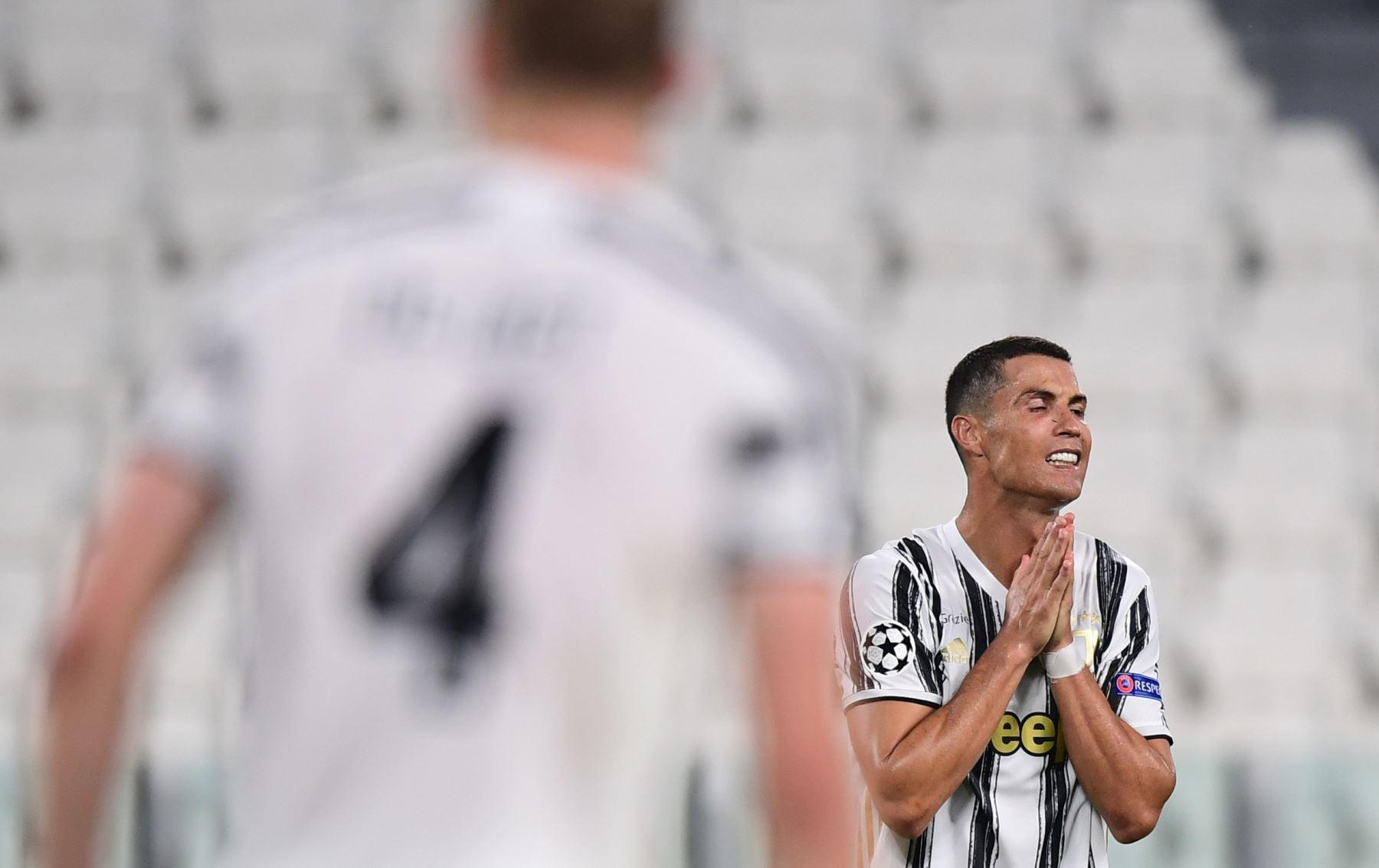 El delantero portugués de la Juventus, Cristiano Ronaldo, reacciona durante el partido de vuelta de los octavos de final de la Liga de Campeones de la UEFA entre la Juventus y el Olympique Lyonnais (OL),