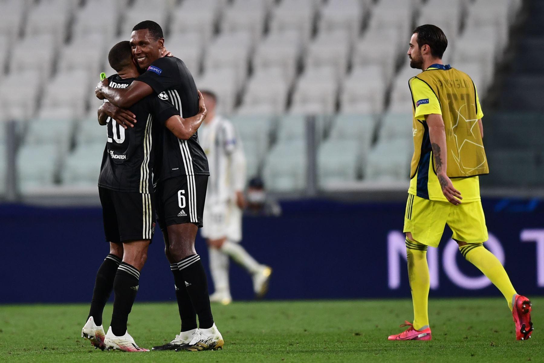 El defensa brasileño del Lyon, Marcal, celebra con el defensa brasileño del Lyon, Marcelo, después de ganar los octavos de final de la UEFA Champions League, el partido de vuelta Juventus vs Lyon. Foto: AFP