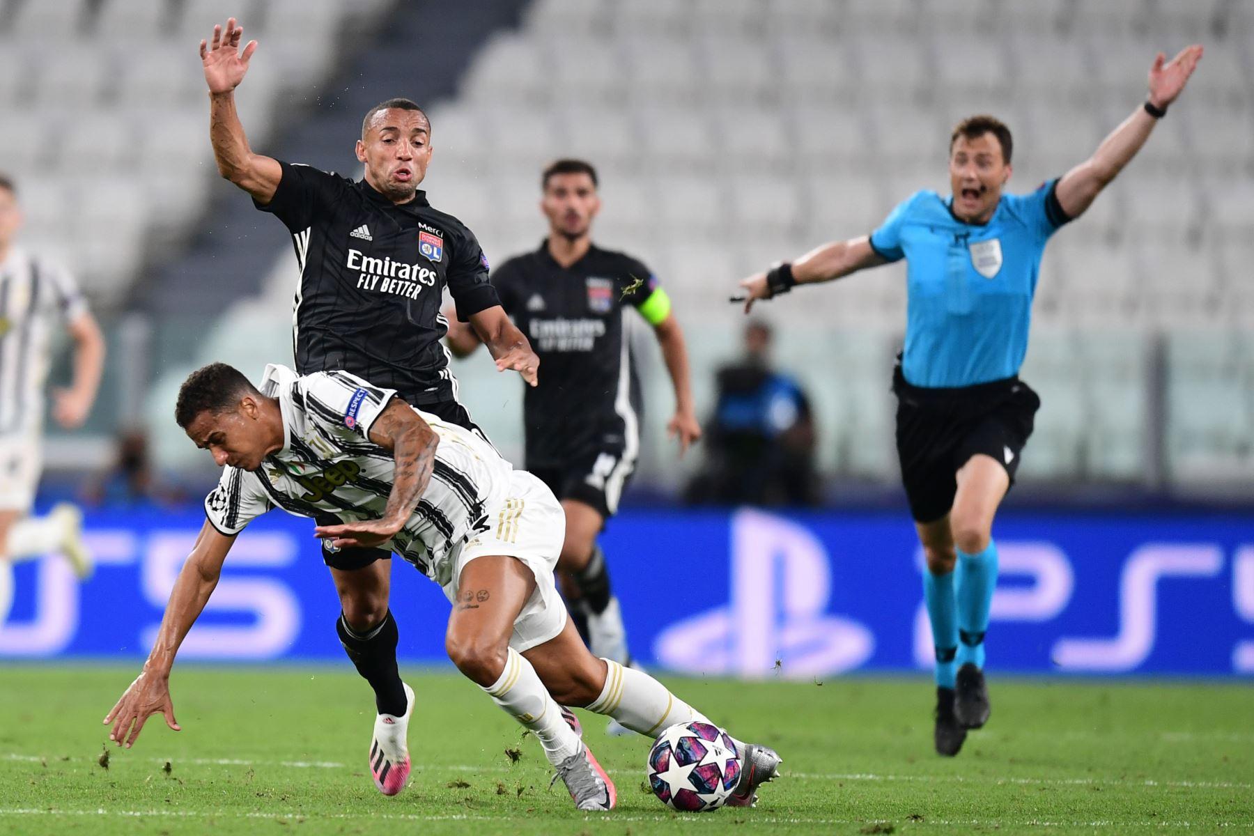 El defensor brasileño de la Juventus, Danilo , lucha por el balón con el defensor brasileño del Lyon Marcal durante los octavos de final de la Liga de Campeones de la UEFA, partido de vuelta entre la Juventus y  Lyon.  Foto: AFP