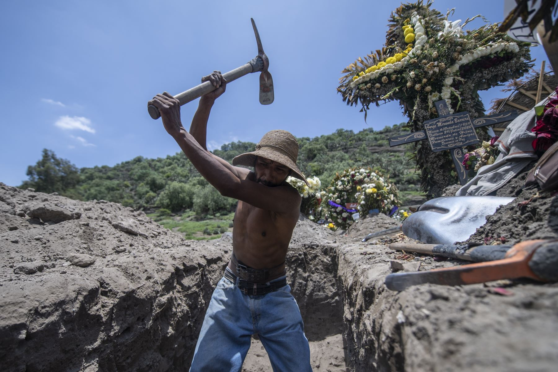 Un sepulturero cava una tumba en el cementerio de San Miguel Xico, México, en medio de la pandemia del coronavirus. Foto: AFP.