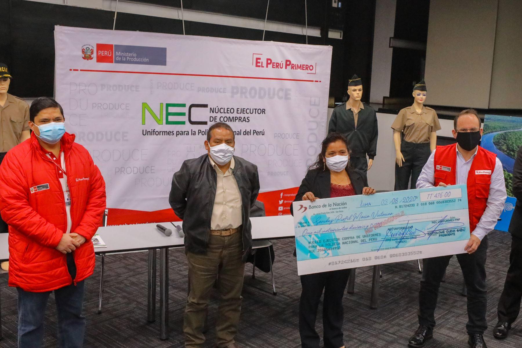 Ministro de la Producción, José Salardi Rodríguez, en un acto simbólico, entregó los cheques a tres representantes de las mype. Foto: Ministerio de la Producción