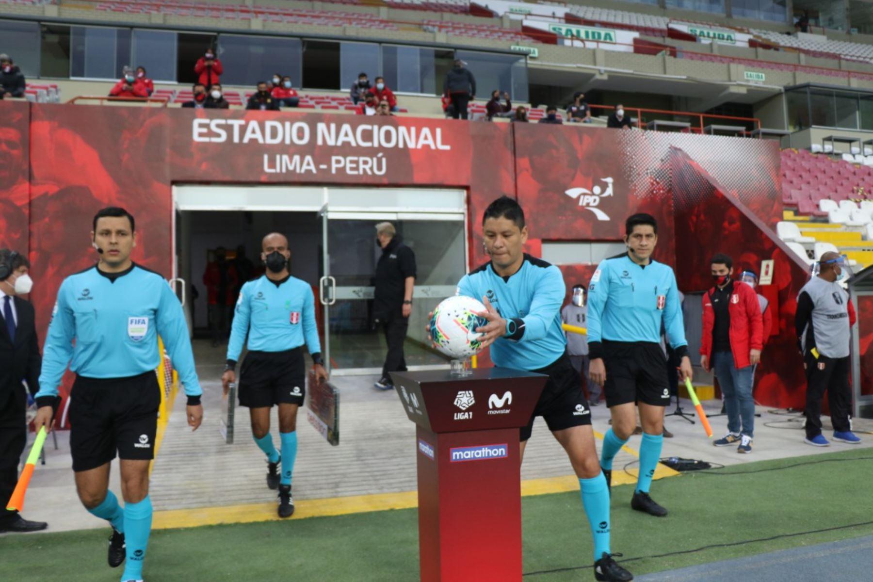 Arbitros reanudad el partido entre Universitario de Deportes y Cantolao en la fase 1 de la Liga Movistar en el estadio Nacional. Foto: Liga 1 de Fútbol Profesional