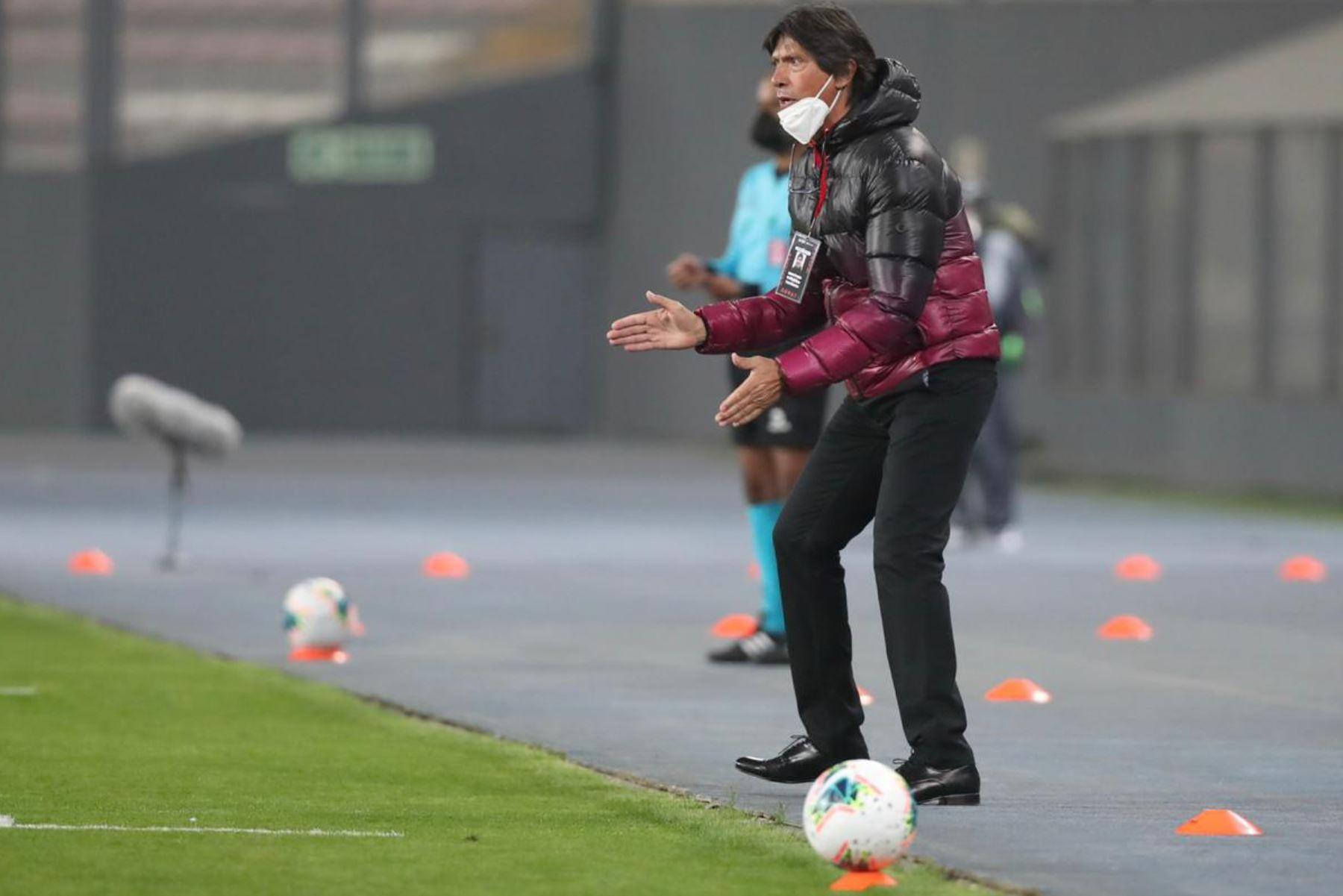 Entrenador de Universitario de Deportes, Ángel Comizzo dirige a sus jugadores en el partido ante Cantolao en la fase 1 de la Liga Movistar en el estadio Nacional. Foto: Liga 1 de Fútbol Profesional