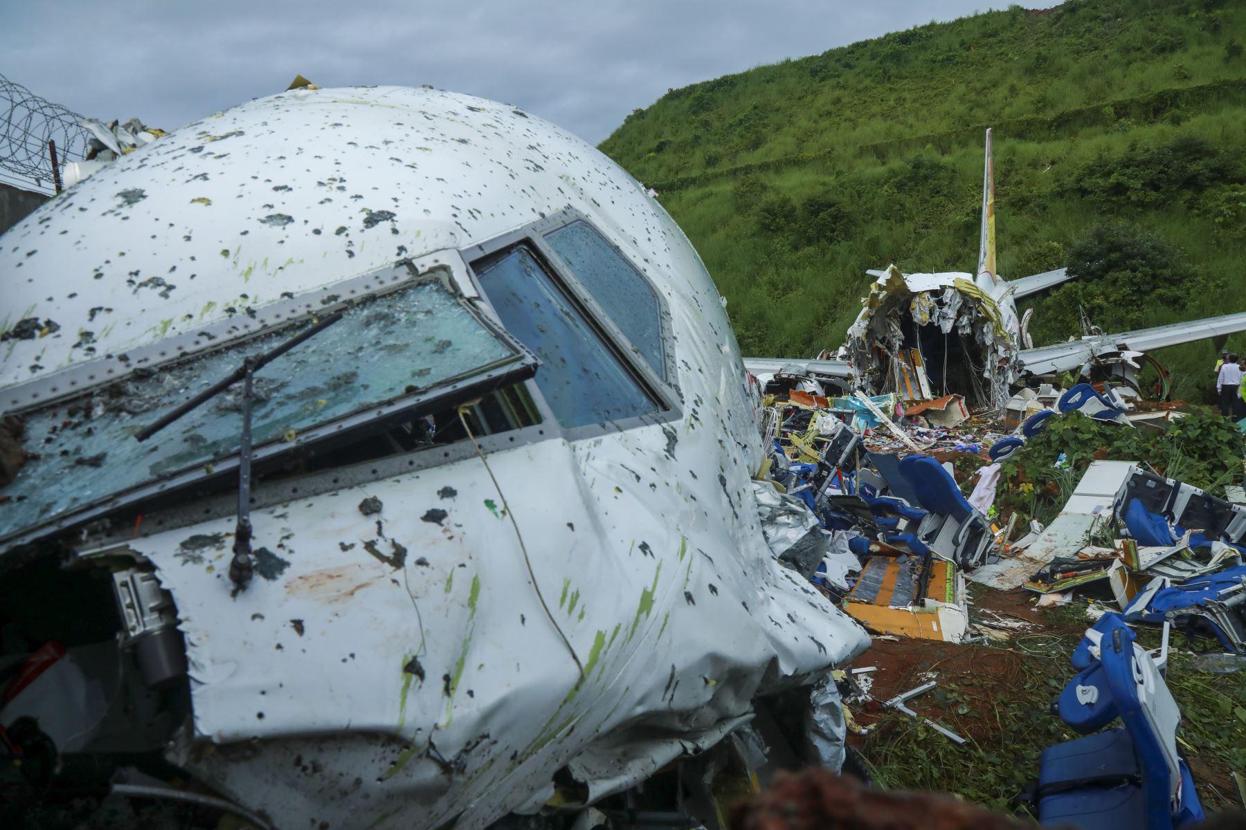 Las autoridades inspeccionan los restos del avión de Air India Express tras accidente en estado de Kerala. Foto: AFP