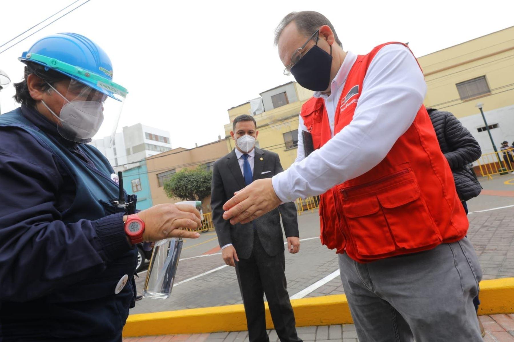 El ministro de la Producción, José Salardi, participa en la firma de convenio con la Municipalidad de Surquillo, a fin de realizar acciones conjuntas para la instalación de un mercado temporal en el distrito. Foto: ANDINA/Produce