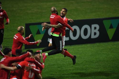 Paolo Guerrero le da triunfo al Internacional ante el Coritiba con un gol en el inicio del Brasileirao