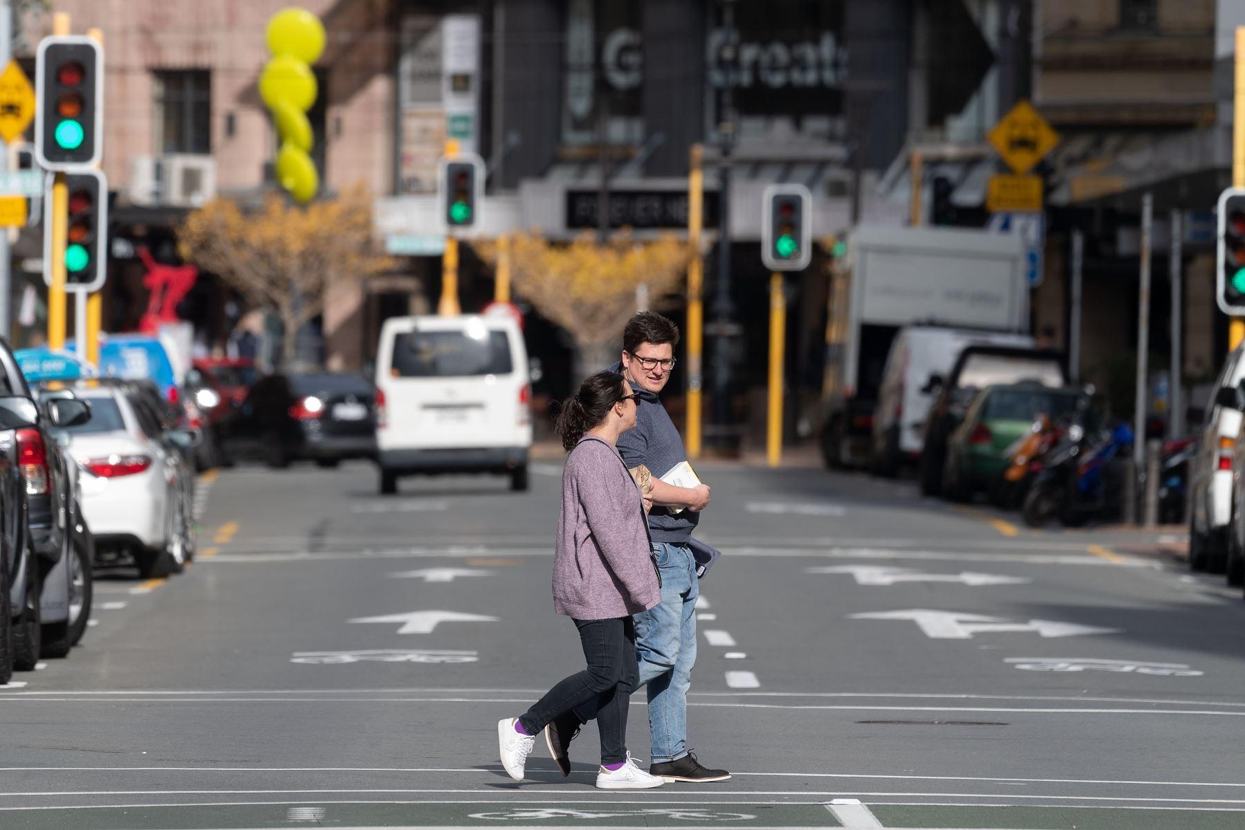 Una pareja camina por las calles de la ciudad de  Wellington, en Nueva Zelanda, el 14 de mayo de 2020. Foto: AFP