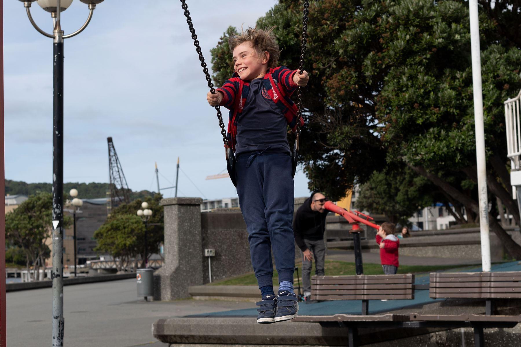 Un niño juega en un columpio del parque en la ciudad de Wellington, en Nueva Zelanda, el 14 de mayo de 2020. Foto: AFP