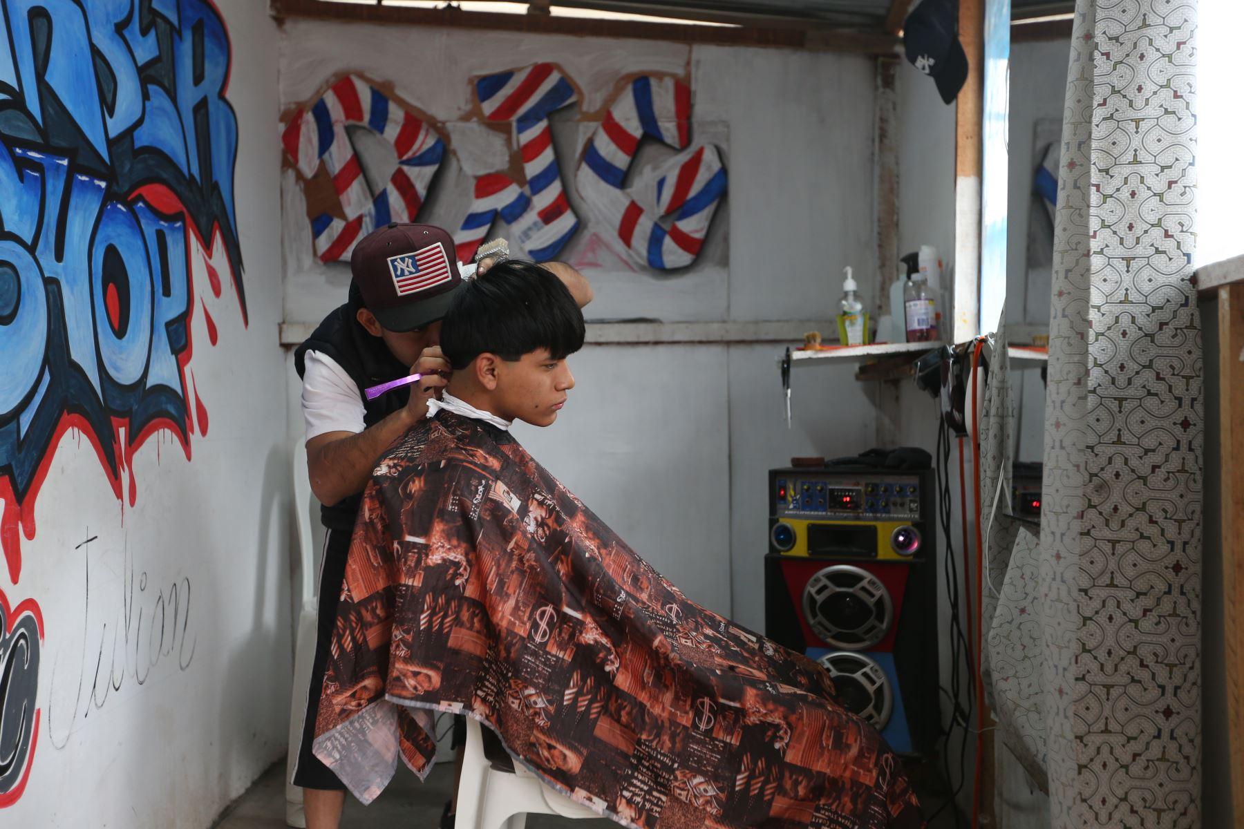 En el marco del Día Internacional de los Pueblos Indígenas, el ministro de Cultura, Alejandro Neyra, visitó la comunidad Shipibo Konibo de Cantagallo, para impulsar al colectivo Shinan Imabo, que agrupa a más de 60 artistas en la venta de artesanías en el portal Ruraq Maki. Foto: ANDINA/Jhonel Rodríguez Robles