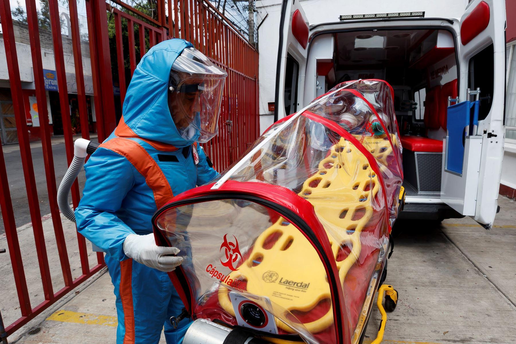Un paramédico de la empresa XE Ingeniería Médica muestra el diseño de un traje para la atención de pacientes con Covid-19 el 7 de agosto de 2020, en Ciudad de México (México). Foto: EFE