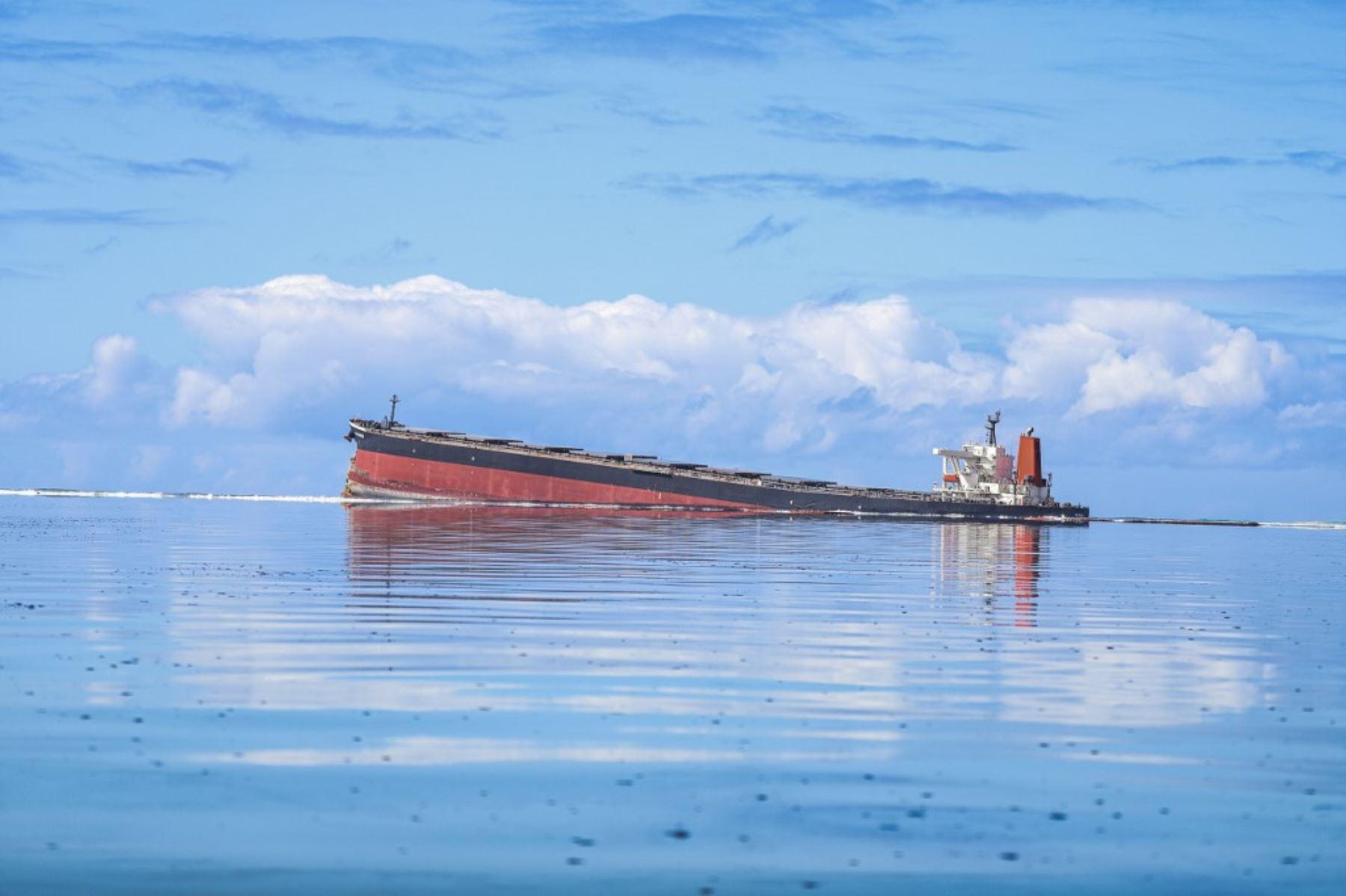Esta vista general muestra el buque MV Wakashio, perteneciente a una empresa japonesa pero con bandera panameña, que encalló cerca del Blue Bay Marine Park frente a la costa del sureste de Mauricio.