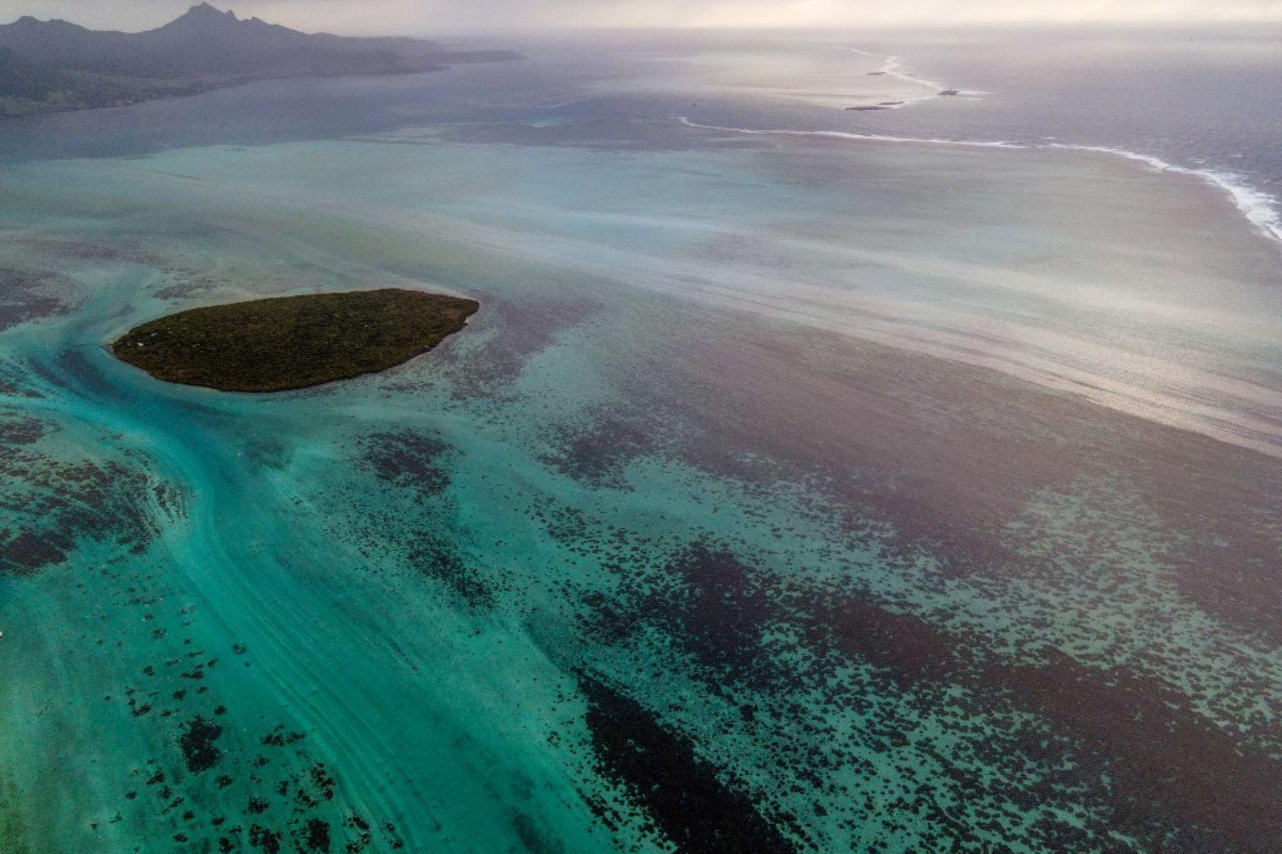 Esta vista aérea muestra una fuga de petróleo procedente del buque MV Wakashio, perteneciente a una empresa japonesa. Foto: AFP