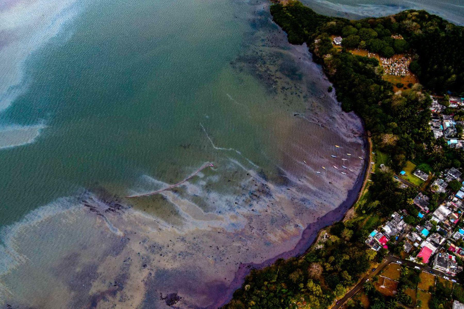 Esta vista aérea muestra una gran mancha de petróleo derramado del buque MV Wakashio, perteneciente a una empresa japonesa. Foto: AFP