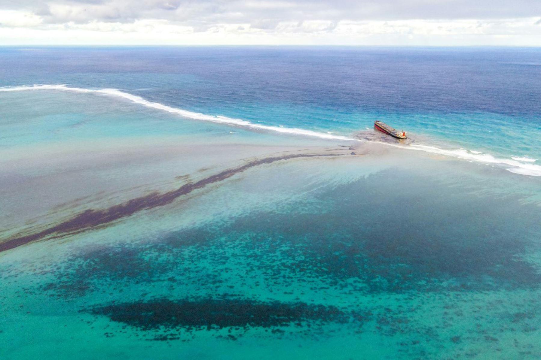 Esta vista aérea muestra una gran mancha de petróleo derramado y el buque MV Wakashio, perteneciente a una empresa japonesa que encalló cerca del Blue Bay Marine Park frente a las costas del sureste. Mauricio. Foto: AFP