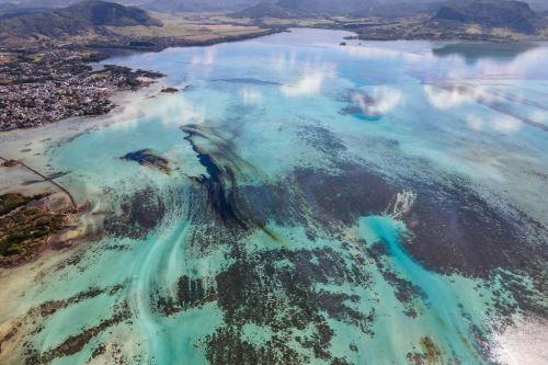 Derrame de petróleo: voluntarios intentan bombear combustible de barco que encalló en Mauricio