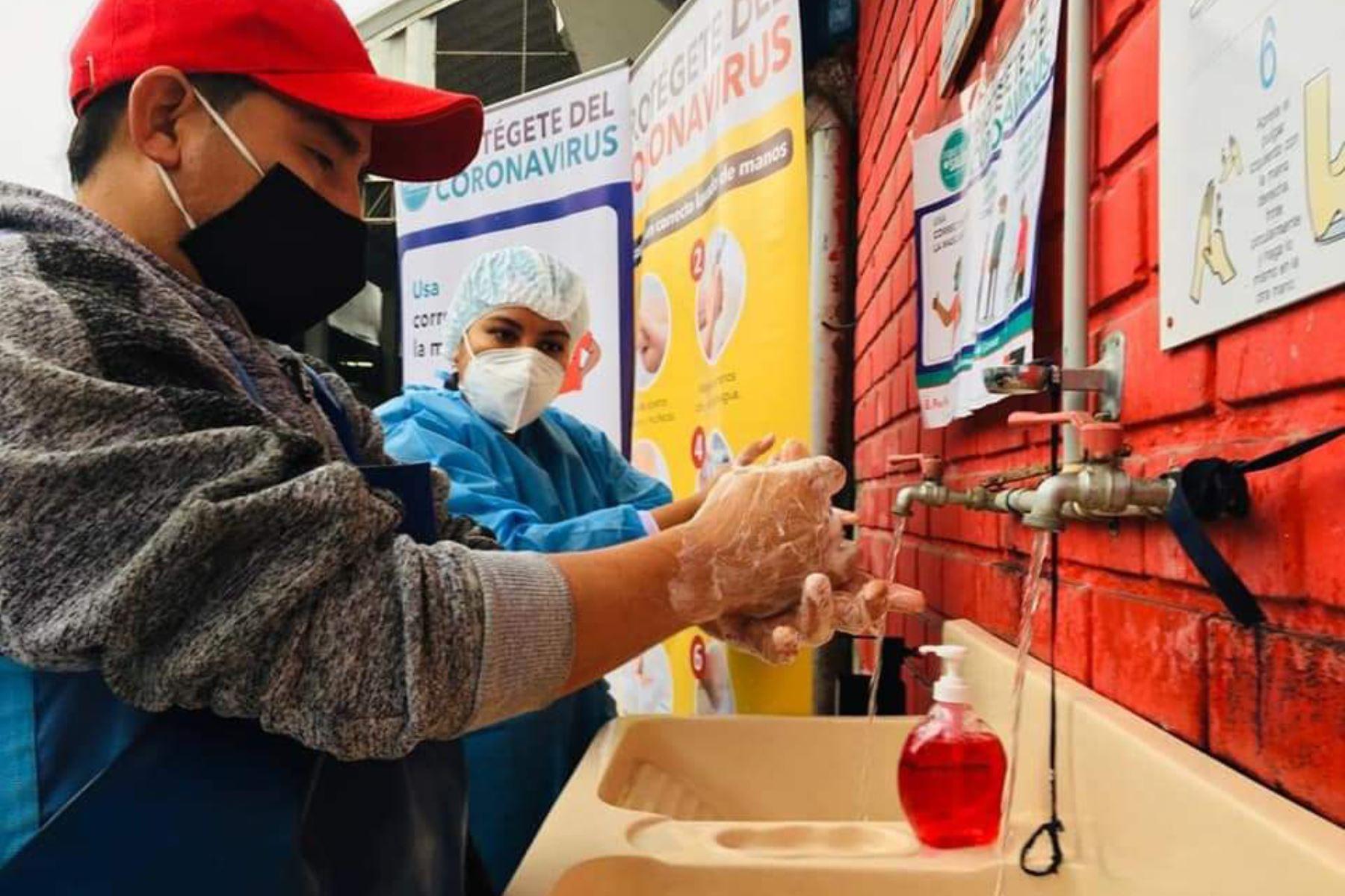 Personal de salud del Minsa visitó el terminal pesquero de Villa María del Triunfo para informar a los ciudadanos sobre las principales medidas de prevención ante el covid-19, como el correcto lavado de manos, el uso de mascarilla y protector facial, y mantener el distanciamiento. Foto: @Minsa_Peru