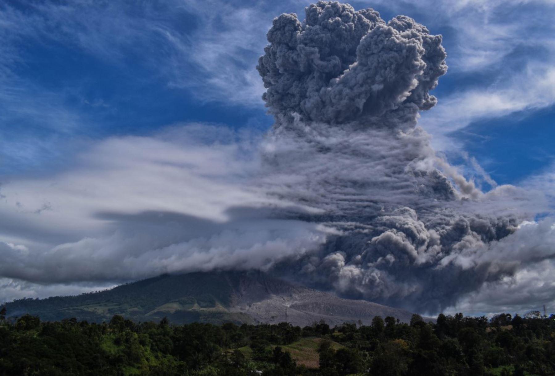 El volcán Sinabung arroja ceniza durante su segunda erupción hacia el anochecer, visto desde el distrito de Karo, en el norte de Sumatra. Foto: AFP