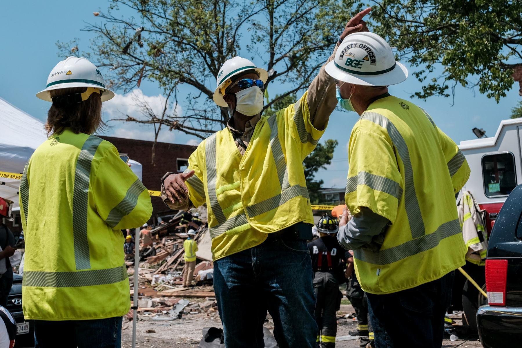 Los empleados de Baltimore Gas and Electric trabajan en la escena de una explosión  en Baltimore, Maryland. Los primeros informes indican que una fuga de gas pudo haber causado la explosión masiva que arrasó tres casas, causando múltiples heridos y al menos una muerte. Foto: AFP