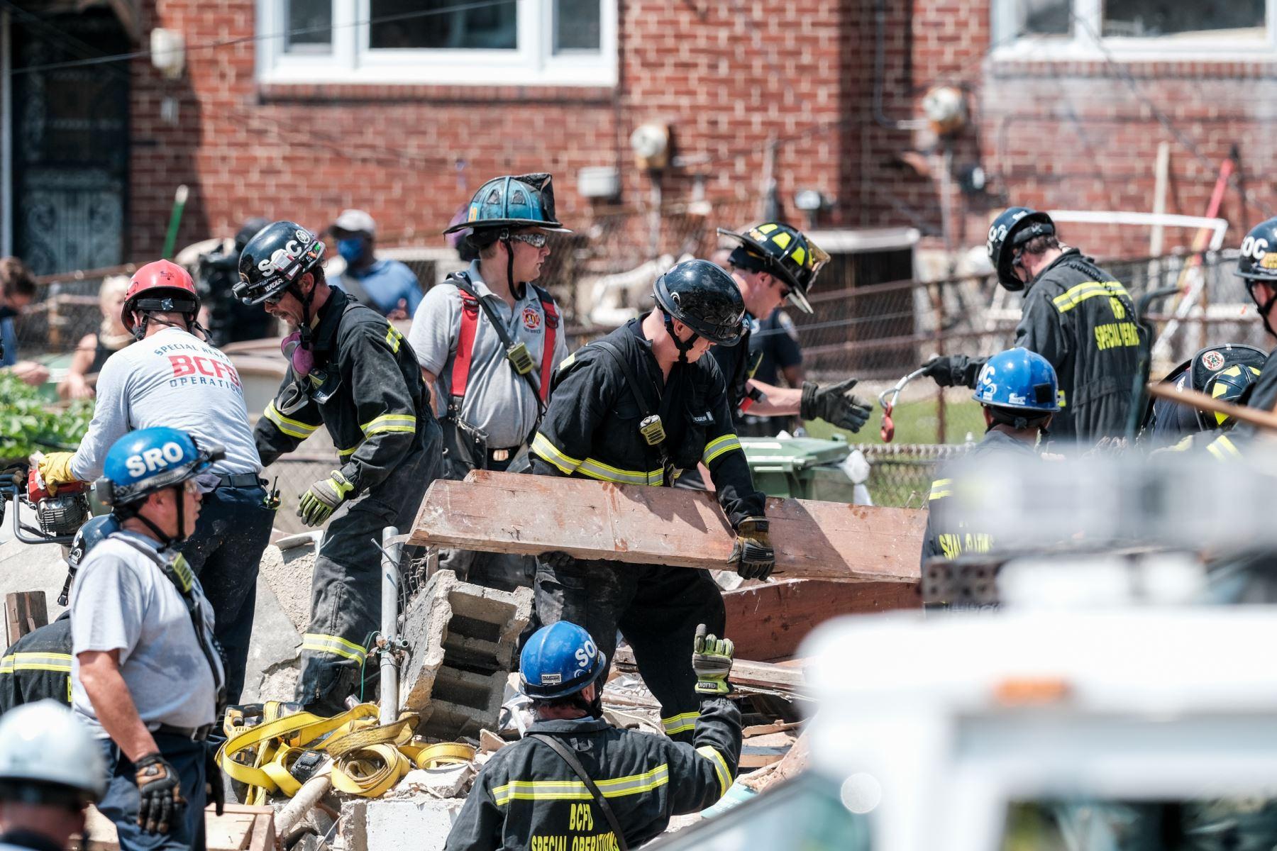 Los socorristas toman un descanso en la escena de una explosión  en Baltimore, Maryland. Los primeros informes indican que una fuga de gas pudo haber causado la explosión masiva que arrasó tres casas, causando múltiples heridos y al menos una muerte. Foto: AFP