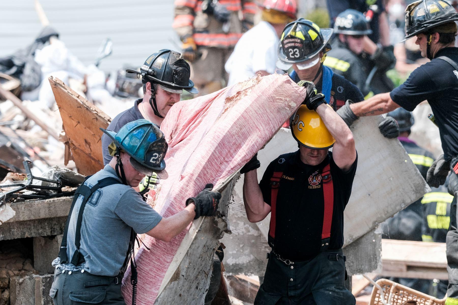 Los socorristas buscan sobrevivientes en el lugar de una explosión en Baltimore, Maryland. Los primeros informes indican que una fuga de gas pudo haber causado la explosión masiva que arrasó tres casas, causando múltiples heridos y al menos una muerte.  Foto: AFP