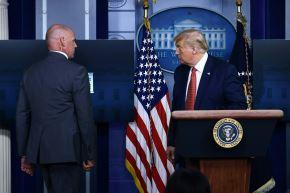 El presidente de los Estados Unidos, Donald Trump, está siendo escoltado por un miembro del Servicio Secreto de la Sala Brady Briefing de la Casa Blanca en Washington. Foto: AFP