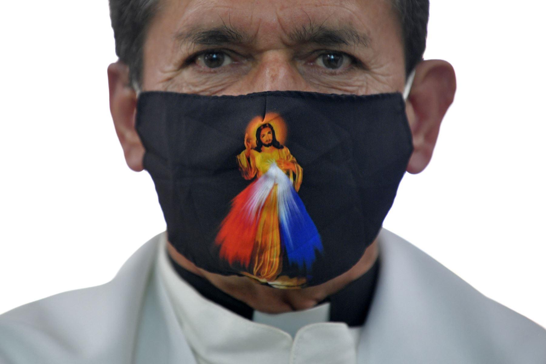 Un sacerdote observa antes de dar una misa durante la romería de la figura del