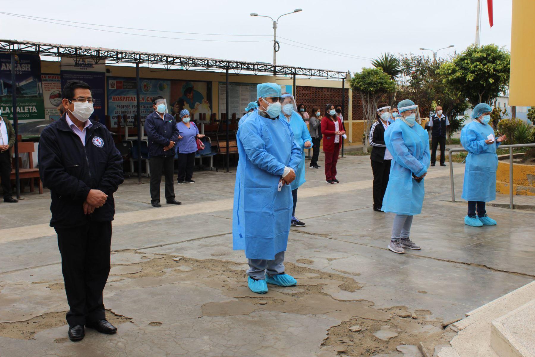 En el patio central del Hospital La Caleta de Chimbote, el personal ofreció oraciones por la recuperación de los pacientes covid-19. Foto: ANDINA/Difusión