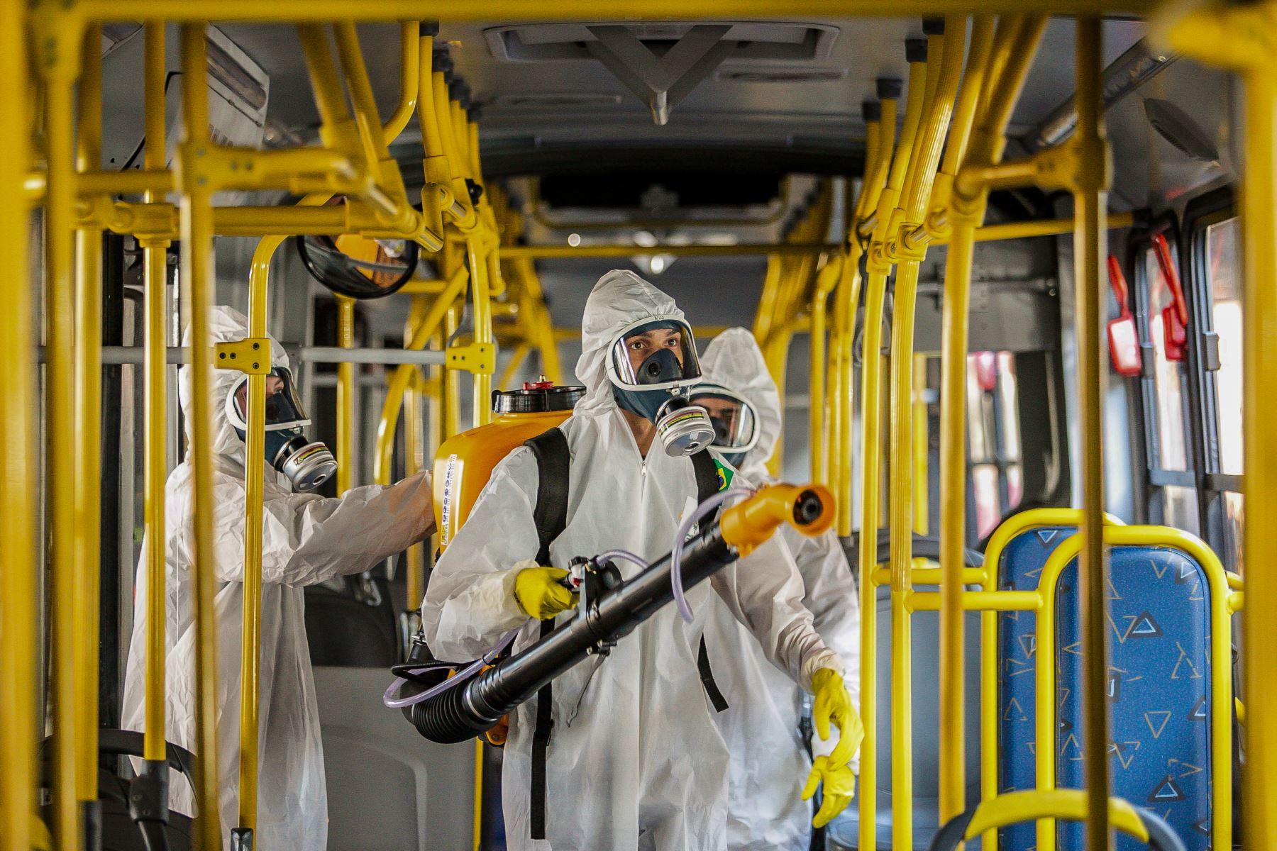 Personal militar de las Fuerzas Armadas de Brasil desinfectan un autobús en la terminal de autobuses de Santa Candida para combatir la propagación del covid -19, en Curitiba, estado de Paraná. Foto: AFP