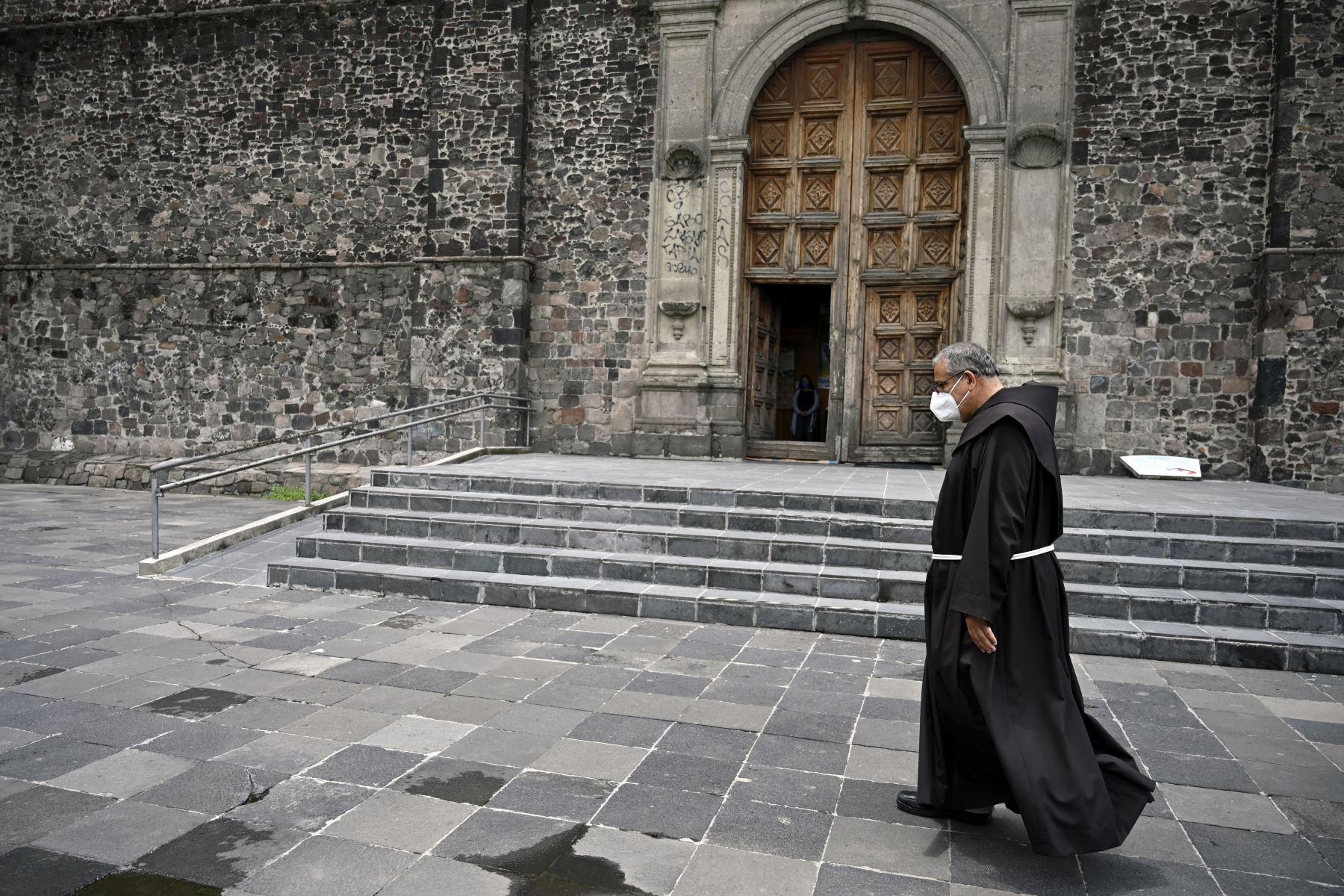 Un padre franciscano de la iglesia de Santiago Tlatelolco usa una mascarilla como medida preventiva contra la propagación del nuevo coronavirus en la Ciudad de México. Foto: AFP
