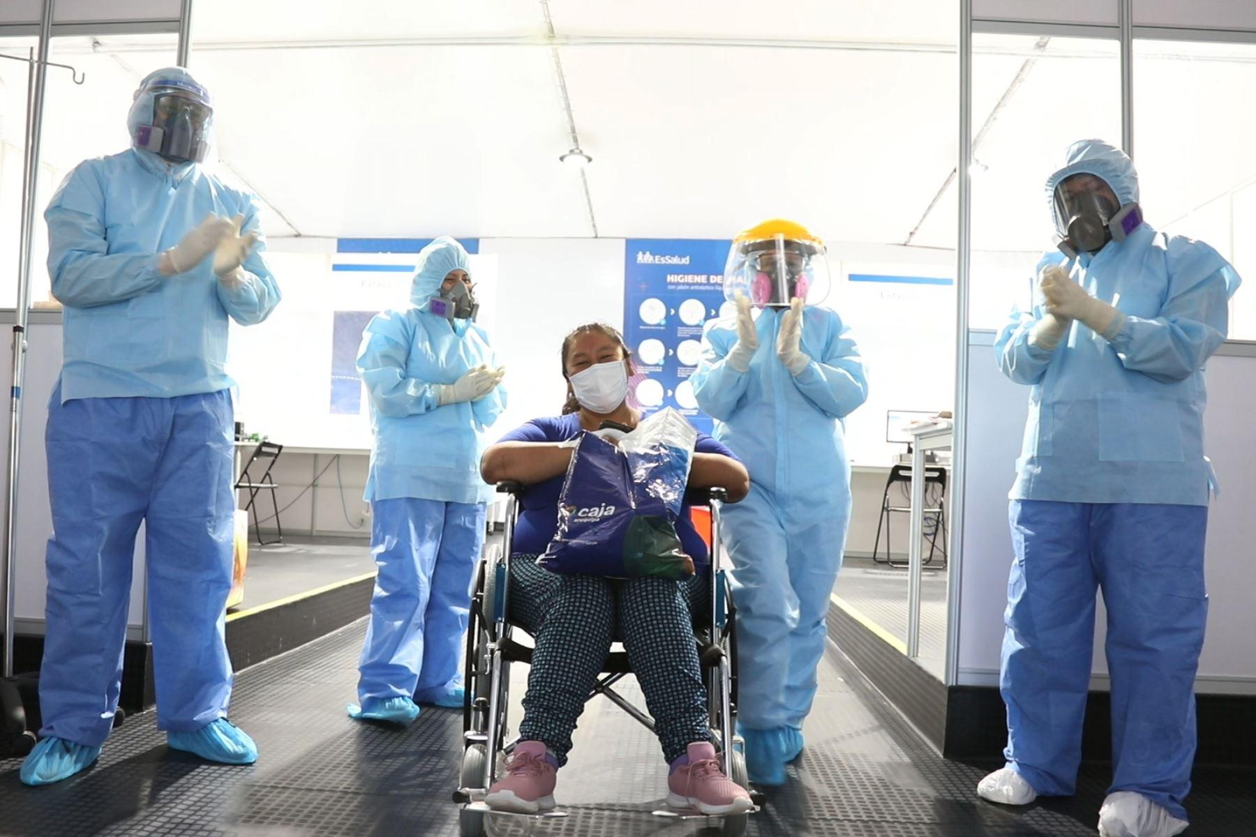 Paciente que supero covid -19 es dada de alta en Villa Essalud Moquegua. Foto: Essalud