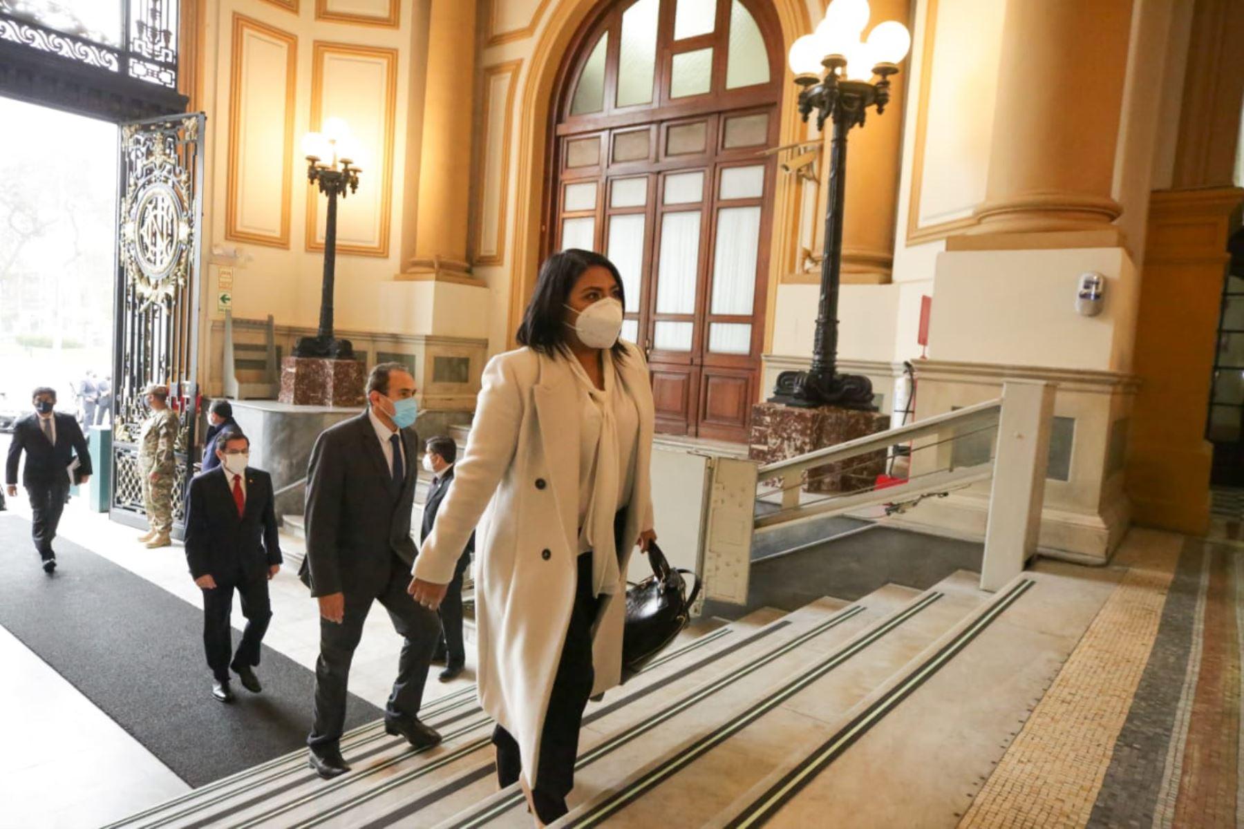 Ministra de Justicia y Derechos Humanos, Ana Neyra, llega a sede del Congreso junto al gabinete ministerial para solicitar el voto de confianza. Foto: ANDINA/PCM