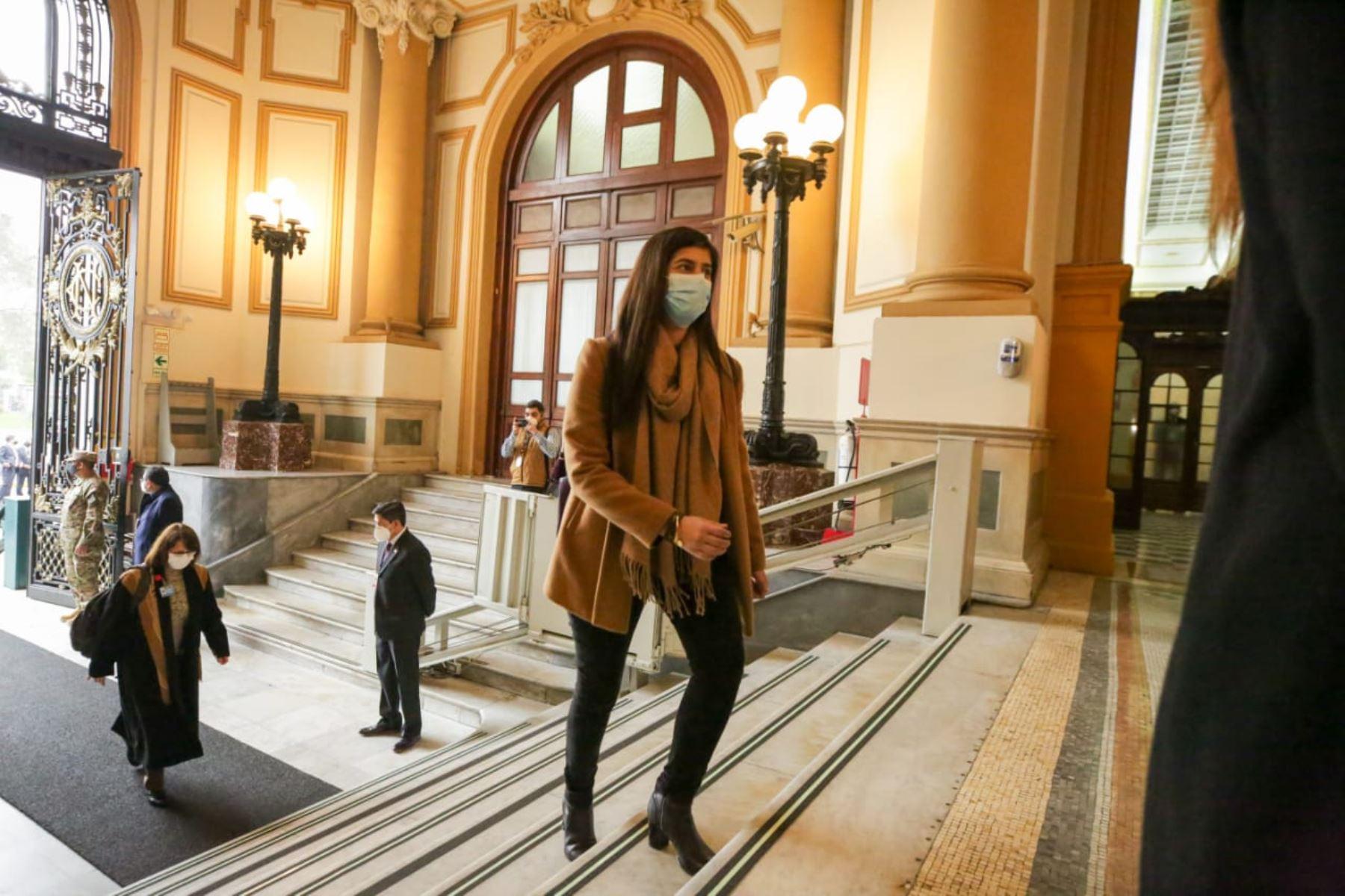 Ministra de Economía y Finanzas, Maria Antonieta Alva, llega a sede del Congreso junto al gabinete ministerial para solicitar el voto de confianza. Foto: ANDINA/PCM